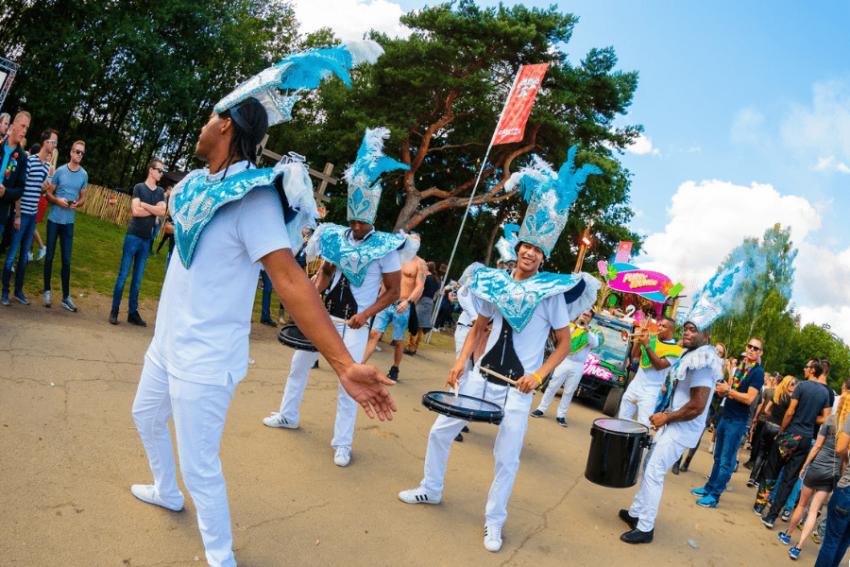 www.dancarinas.nl-brassband-inhuren-caribische-band-drumband-ade-amsterdam-gerard-joling-vakantie-decibel-outdoor-min